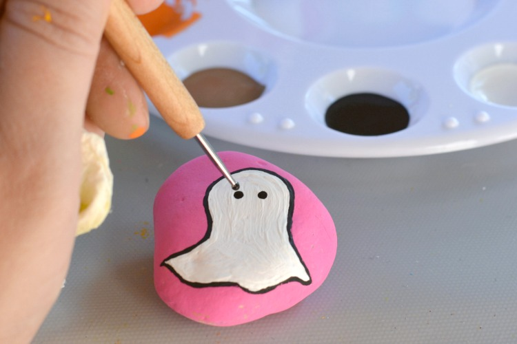 Halloween Rock Painting Ideas | Ghost Painted Rocks at PaintHappyRocks.com #PaintHappy